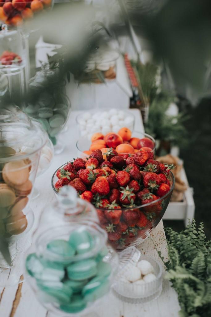 vestuvių dekoravimas, eko vestuvės, eukaliptas, jaunosios puokštė, papartis, desertų stalas