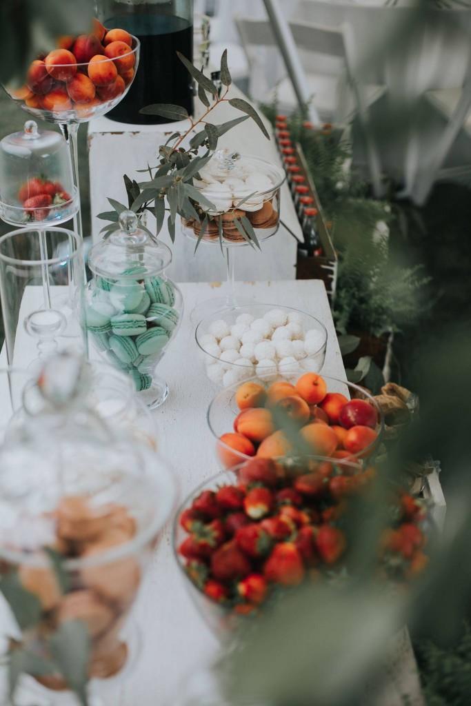 vestuvių dekoravimas, eko vestuvės, eukaliptas, jaunosios puokštė, papartis, desertų stalas, uogos