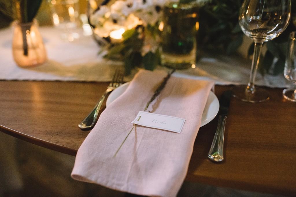 bohemiškos vestuvės, vestuvių dekoravimas, miesto vestuvės, jaunosios puokštė, stalo dekoras, saldus stalas