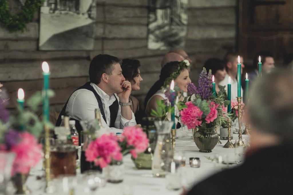 rustic vestuvių dekoravimas, eko vestuvės, jaunosios puokštė, bijūnai, desertų stalas, uogos